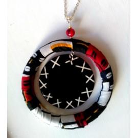 Collier pendentif d'inspiration africaine en tissu wax et graines coco